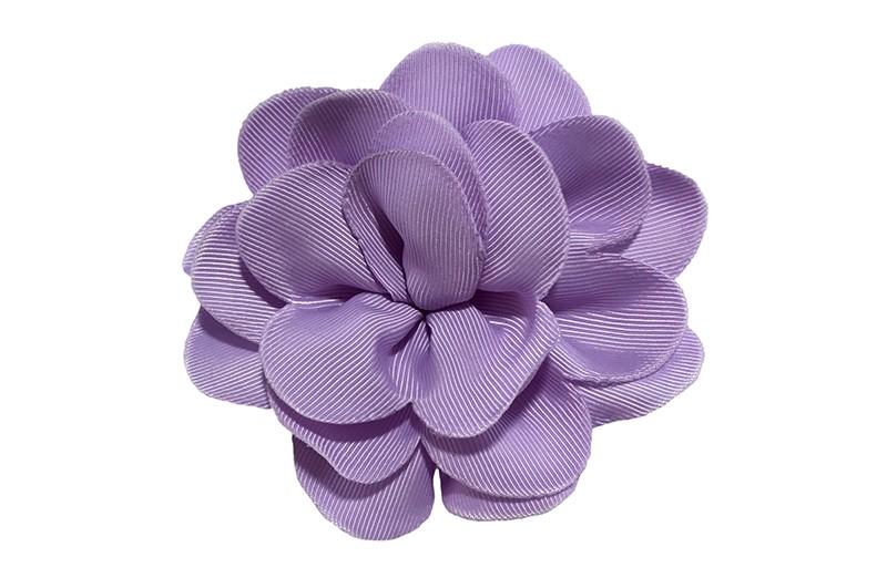 Vrolijke lila paarse haarbloem op knip. Leuke grote bloem in 'laagjes' model.   Op een handige alligator knip van ongeveer 5.5 centimeter.  Handig in het haar te zetten.