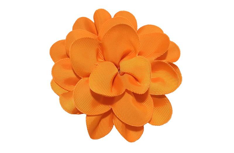 Vrolijke oranje haarbloem op knip. Leuke grote bloem in 'laagjes' model.   Op een handige alligator knip van ongeveer 5.5 centimeter.  Handig in het haar te zetten.