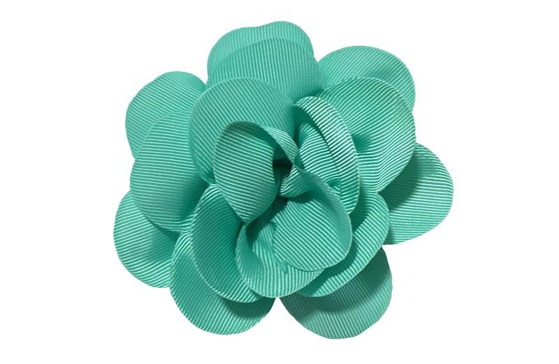 Vrolijke (turqoise) groene haarbloem op knip. Leuke grote bloem in 'laagjes' model.   Op een handige alligator knip van ongeveer 5.5 centimeter.  Handig in het haar te zetten.