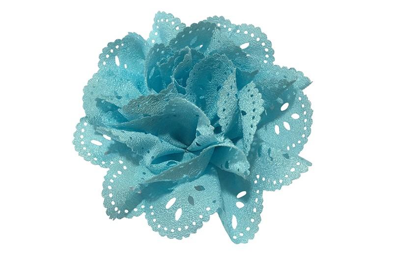 Mooie lichtblauw stoffen haarbloem in kantlook. Op een handig alligator knipje.