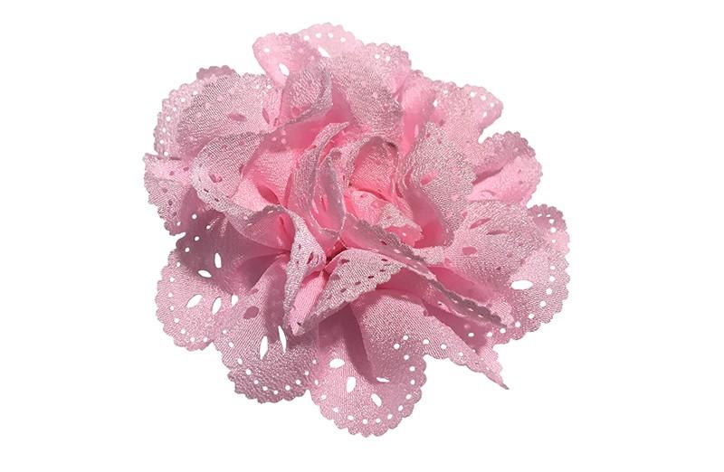 Mooie licht roze stoffen haarbloem in kantlook. Op een handig alligator knipje.