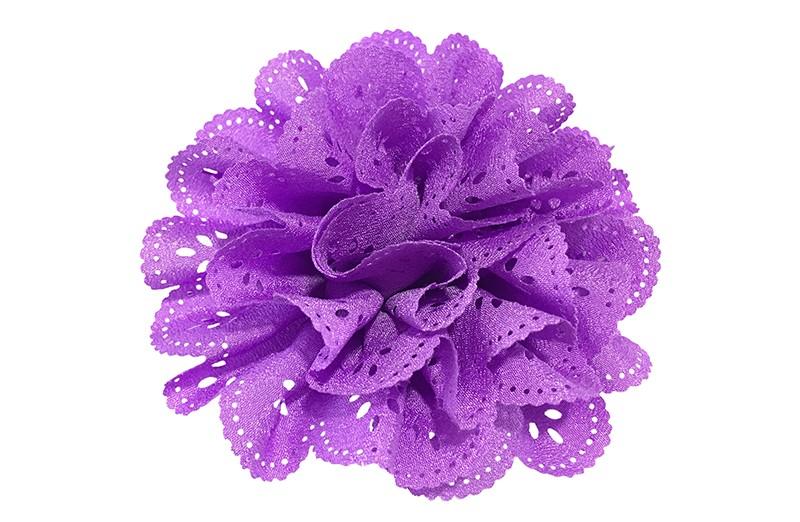 Vrolijke paarse stoffen haarbloem in kantlook.  In een leuke laagjeslook.  Op een handig haarknipje met kleine tandjes.