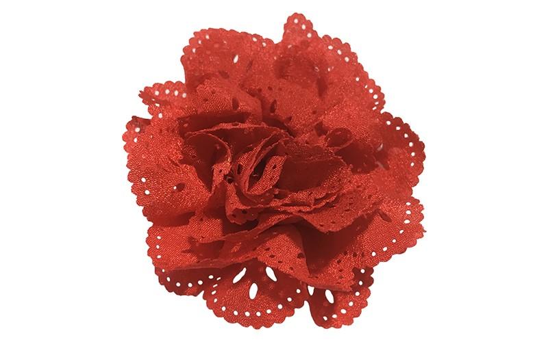 Mooie rode haarbloem in kantlook. Van licht glanzende stof. Op een handig alligatorknipje van 4.5 centimeter.