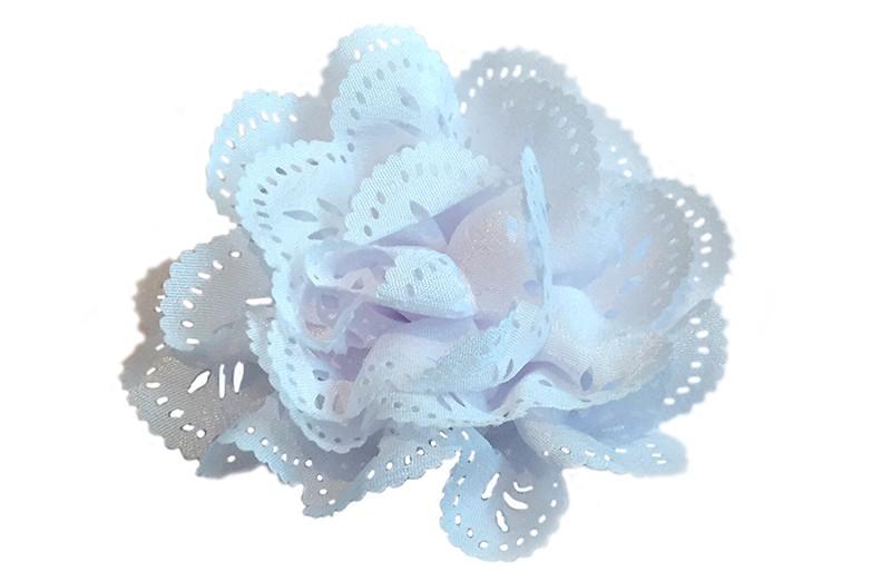 Mooie witte stoffen haarbloem in kantlook. Op een handig alligator knipje.