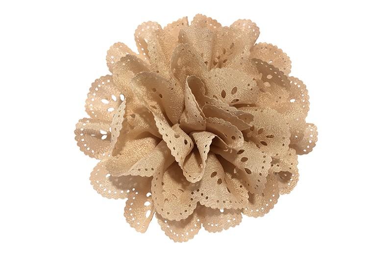 Vrolijke licht zalmroze stoffen haarbloem in kantlook.  In een leuke laagjeslook.  Op een handig haarknipje met kleine tandjes.