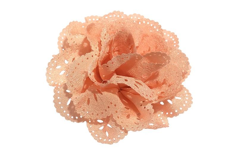 Mooie zalmroze (zacht oranje) stoffen haarbloem in kantlook. Op een handig alligator knipje.