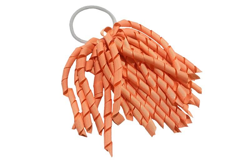 Vrolijke witte elastiek met zalmroze / zacht oranje gekrulde lintjes. Met deze leuke elastieken altijd en heel makkelijk een vrolijk kapsel.  Ook leuk per twee stuks.
