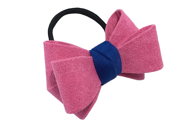 Mooie luxe fel roze haar elastiek met blauw accent. Dubbel gestrikt van verstevigde stof. Leuk voor de iets grotere meisjes.