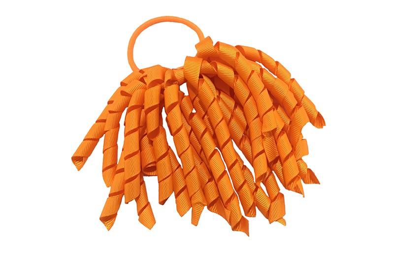 Vrolijk oranje elastiek met warm oranje gekrulde lintjes. Met deze leuke elastieken altijd en heel makkelijk een vrolijk kapsel. Ook leuk per twee stuks.