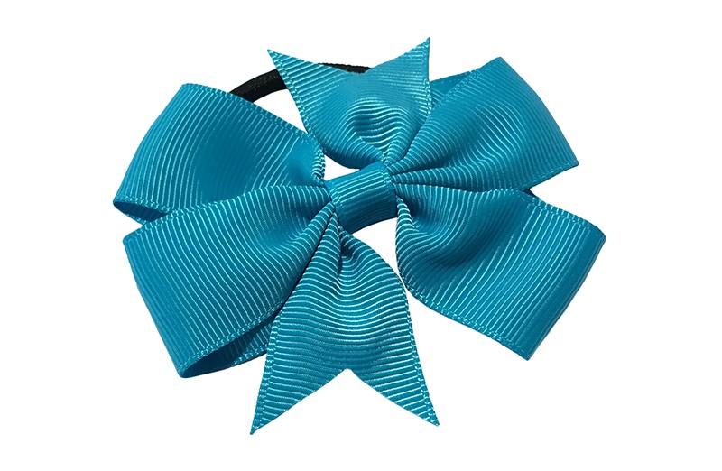 Stevige zwarte haarelastiek met mooie blauwe strik. Leuk in allerlei peuter en kleuter kapseltjes.