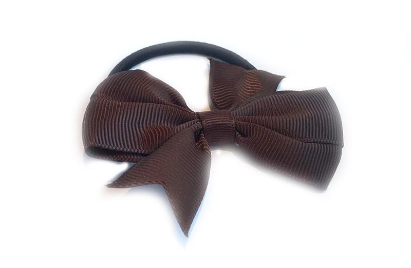 Stevige zwarte haarelastiek met mooie bruine strik. Leuk in allerlei peuter en kleuter kapseltjes.