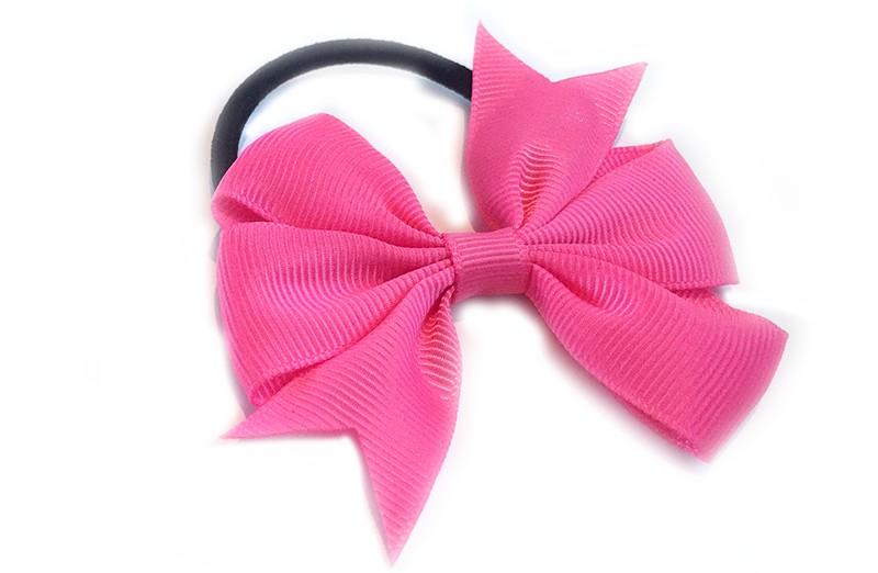 Stevige zwarte haarelastiek met mooie fel roze strik. Leuk in allerlei peuter en kleuter kapseltjes.