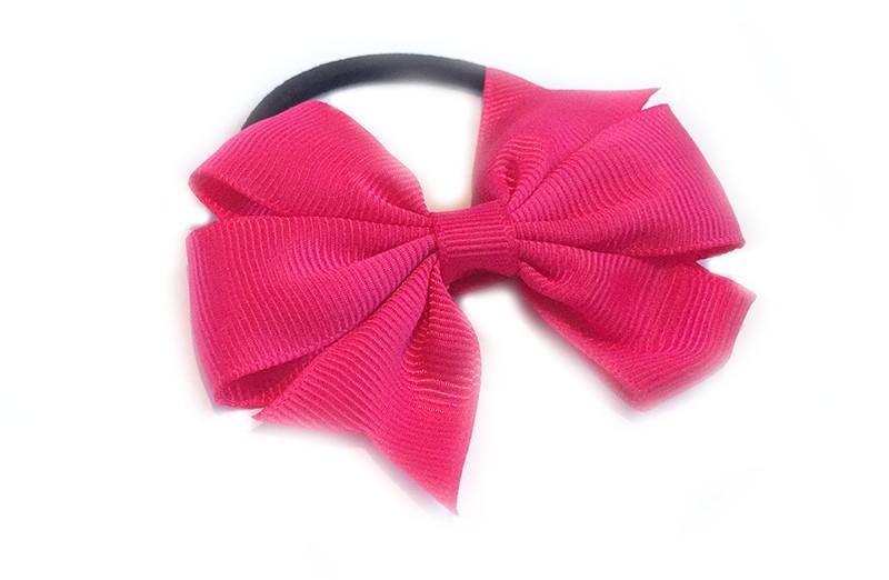 Stevige zwarte haarelastiek met mooie fuchsia roze strik. Leuk in allerlei peuter en kleuter kapseltjes.