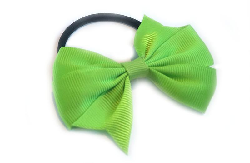 Stevige zwarte haar elastiek met mooie groen strik. Leuk in allerlei peuter en kleuter kapseltjes.