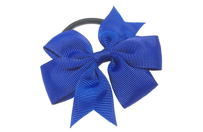 Stevige zwarte haarelastiek met mooie (kobalt) blauwe strik. Leuk in allerlei peuter en kleuter kapseltjes.