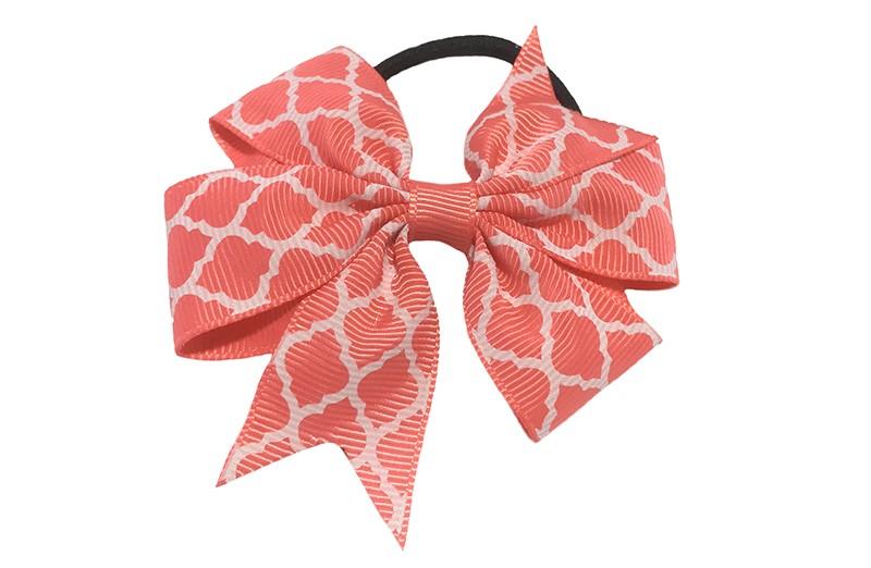 Stevige zwarte haarelastiek met een koraal roze strik van lint met vrolijk wit lijntjes patroontje,  Leuk in allerlei peuter en kleuter kapseltjes.