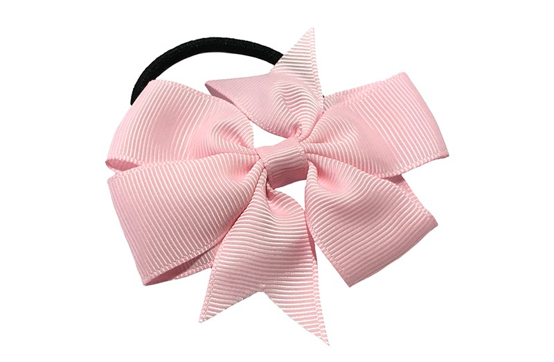 Stevige zwarte haarelastiek met mooie licht roze strik. Leuk in allerlei peuter en kleuter kapseltjes.