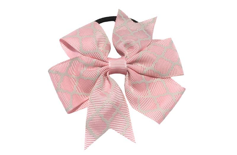Stevige zwarte haarelastiek met een licht roze strik van lint met vrolijk wit lijntjes patroontje,  Leuk in allerlei peuter en kleuter kapseltjes.