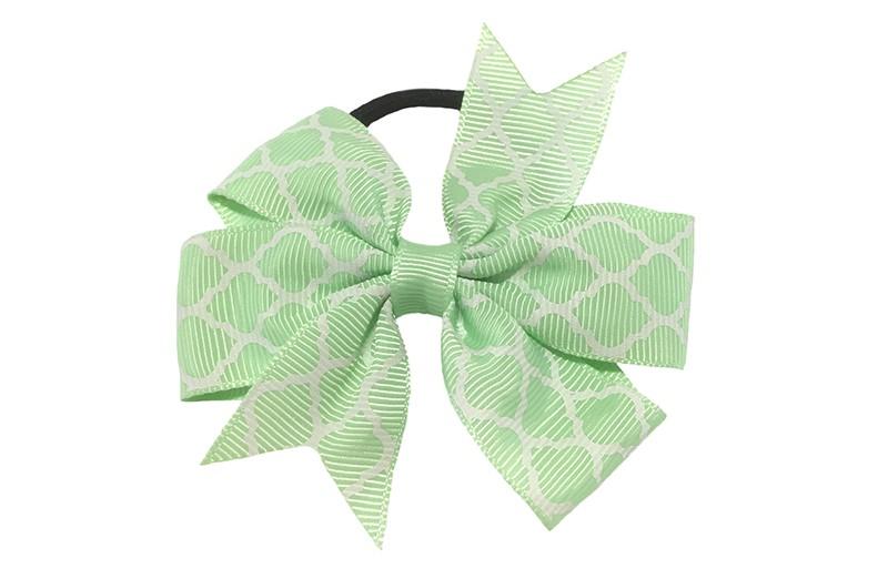 Stevige zwarte haarelastiek met een licht (mint) groene strik van lint met vrolijk wit lijntjes patroontje,  Leuk in allerlei peuter en kleuter kapseltjes.