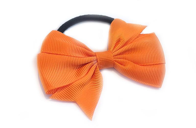 Leuke zwarte haarelastiek met mooie oranje strik. Leuk in allerlei peuter en kleuter kapseltjes.