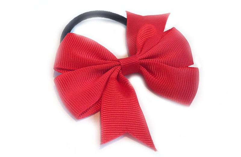 Stevige zwarte haarelastiek met mooie rode strik. Leuk in allerlei peuter en kleuter kapseltjes.