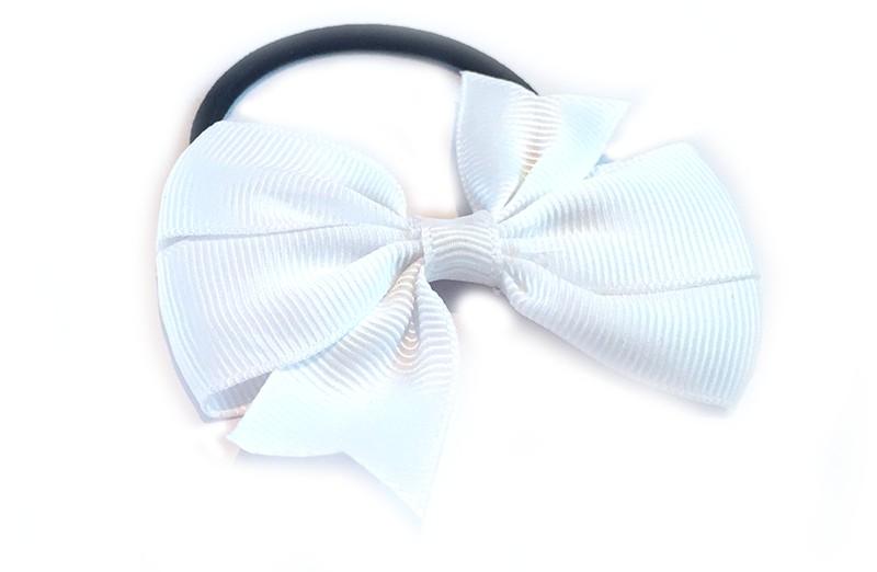 Stevige zwarte haarelastiek met mooie witte strik. Leuk in allerlei peuter en kleuter kapseltjes.