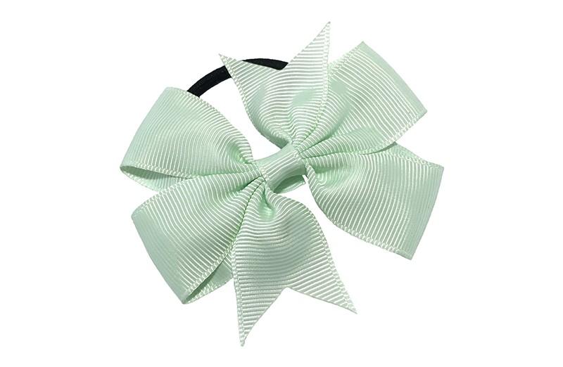 Stevige zwarte haarelastiek met mooie zacht groene strik. Leuk in allerlei peuter en kleuter kapseltjes.