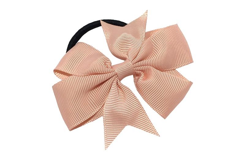 Stevige zwarte haarelastiek met mooie zalm roze strik. Leuk in allerlei peuter en kleuter kapseltjes.