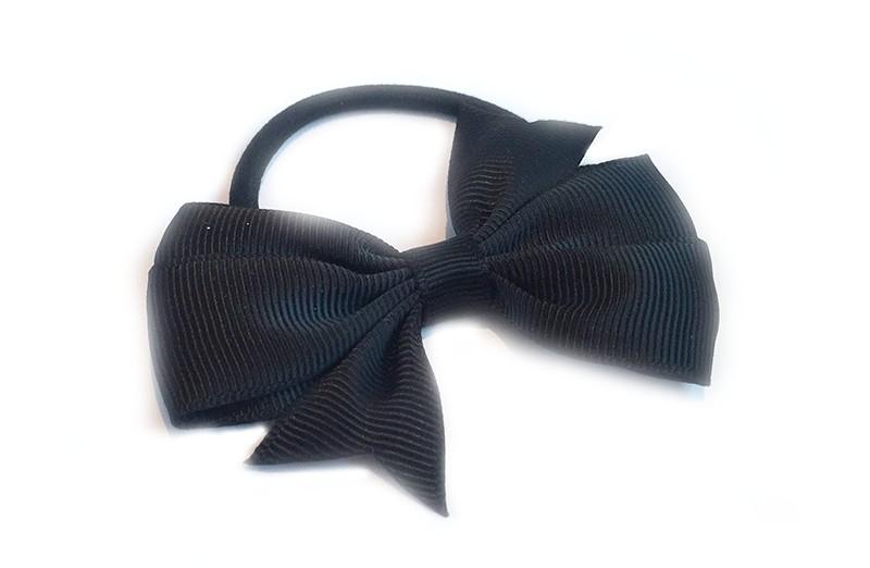 Stevige zwarte haarelastiek met mooie zwarte strik. Leuk in allerlei peuter en kleuter kapseltjes.