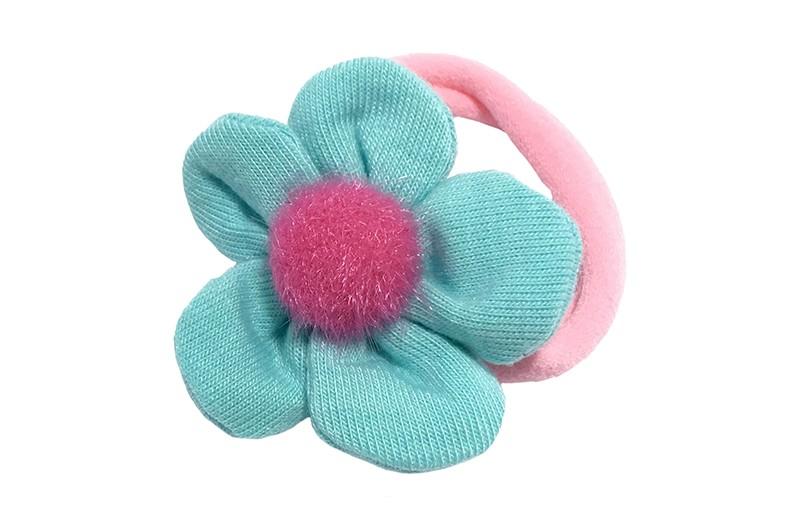 Schattig roze meisjes haar elastiekje.  Met een licht blauw zacht stoffen bloemetje.  In het midden een roze fluffie bolletje.  Het bloemetje is ongeveer 4.5 centimeter.