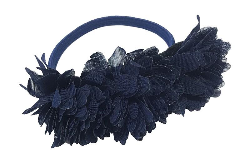 Schattige donkerblauw haarelastiek/knotbandje met 3 donkerblauwe chiffon bloemen. Leuk in de haartjes van de meiden bij een leuk vrolijk knotje bijvoorbeeld.  Het elastiekje heeft een doorsnee van ongeveer 5.5 centimeter.