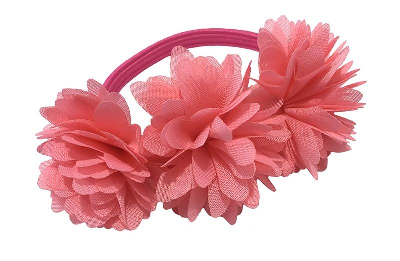 Schattige roze haarelastiek/knotbandje met 3 licht koraal roze chiffon bloemen. Leuk in de haartjes van de meiden bij een leuk vrolijk knotje bijvoorbeeld.  Het roze elastiekje heeft een doorsnee van ongeveer 5.5 centimeter.