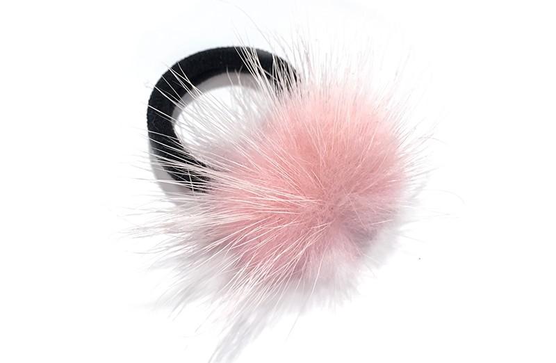 Schattig zwart haarelastiekje met een fluffie licht roze bolletje.