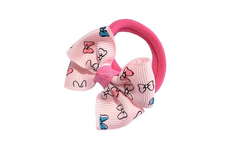 Lief roze haarelastiekje met een lichtroze strikje.  Het strikje is dubbelgestrikt en heeft een vrolijk strikjesdessin.