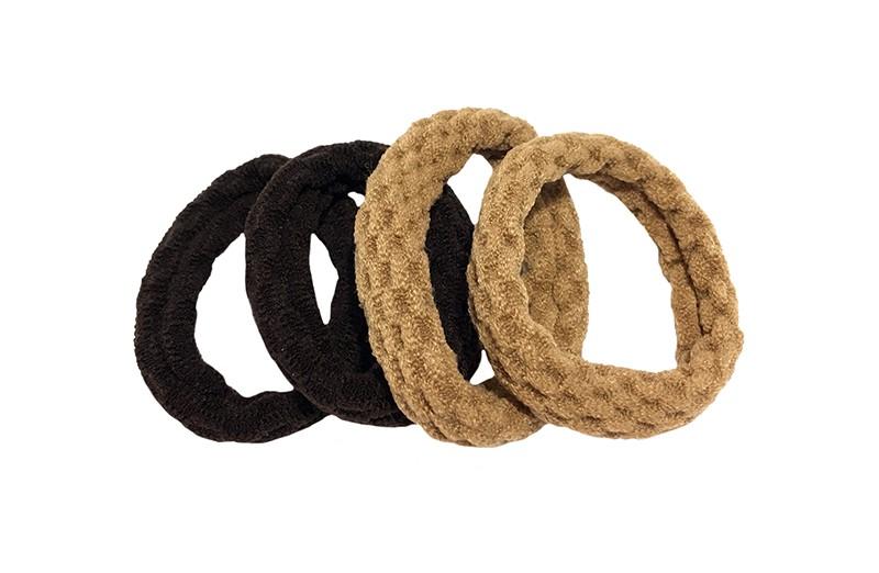Handige setje van 4 middelgrote haarelatiekjes in de kleurtjes donkerbruin en camelbruin.  De elastiekjes hebben een leuk gebobbeld patroontje in de stof.