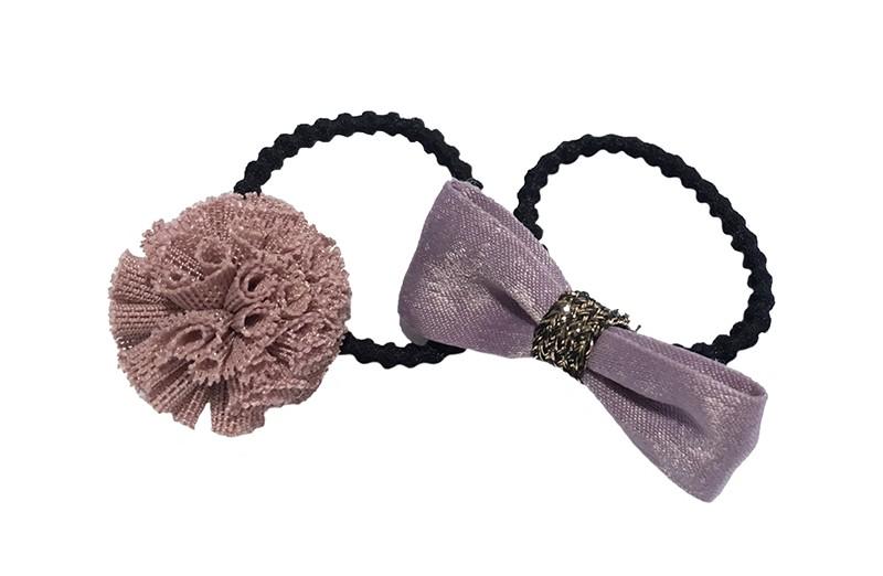 Schattig setje van 2 verschillende haarelastiekjes.  1 zwart haarelastiekje met een strikje van donker oud roze lint.  1 zwart haarelastiekje met een oud roze stofbolletje.  Het elastiekje is een 'gebobbeld elastiekje' voor wat meer grip in de haartjes.