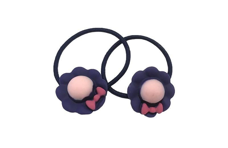 Schattig setje van 2 donkerblauwe haarelastiekjes met op elk een vrolijk blauwpaars figuurtje in de vorm van een bloemetje met strikje.
