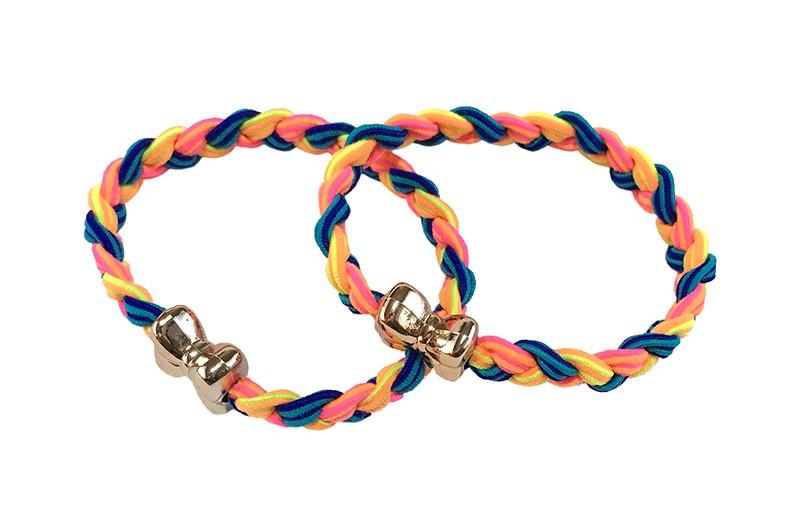 Vrolijk setje van 2 gevlochten haarelastiekjes. In felle kleurtjes blauw, geel, oranje en roze. Met een goudkleurig strikje.