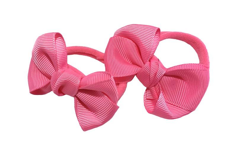 Vrolijk setje van 2 fel roze zachte haarelastiekjes met op elk een leuk fel roze strikje van lint.