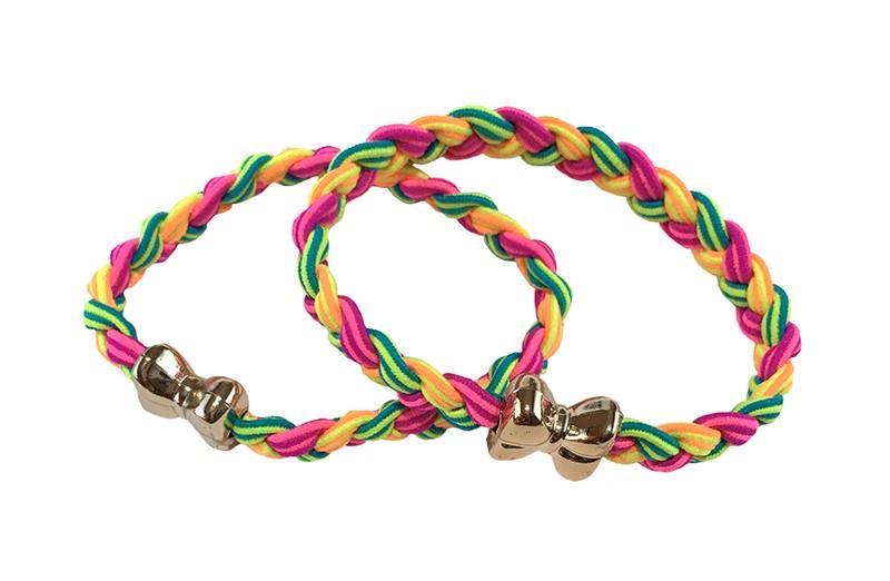 Vrolijk setje van 2 gevlochten haarelastiekjes.  In verschillende felle kleurtjes groen, geel, roze.  Met aan elk een goudkleurig strikje.