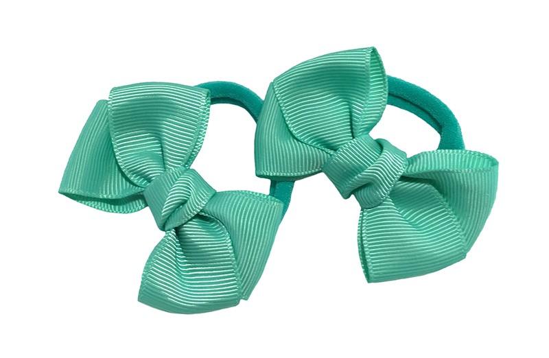Vrolijk setje van 2 (mint) groene zachte haarelastiekjes met op elk een leuk groen strikje van lint.