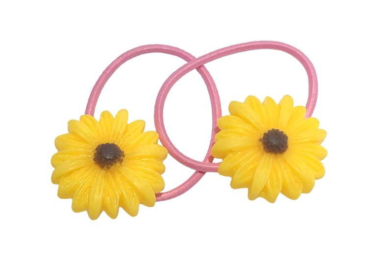Vrolijk setje van 2 smalle licht roze haarelastiekjes. Met op elk een geel met bruin bloemetje.