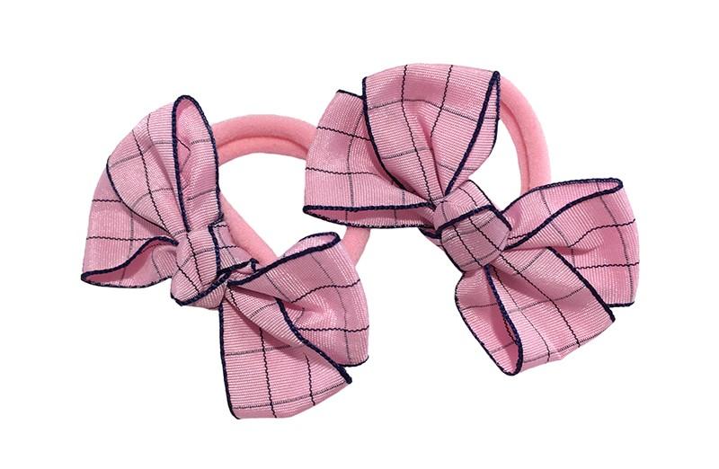 Vrolijk setje van 2 licht roze zachte haarelastiekjes met op elk een leuk roze met donkerblauw strikje van lint