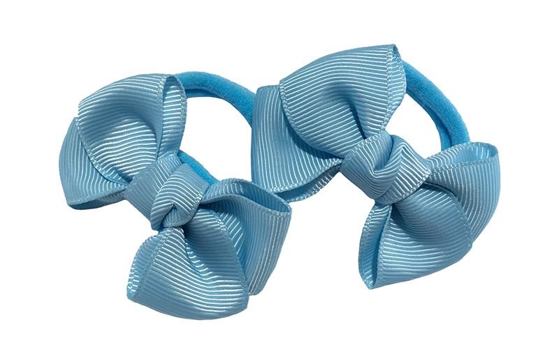 Vrolijk setje van 2 licht blauwe zachte haarelastiekjes met op elk een leuk lichtblauw strikje van lint.