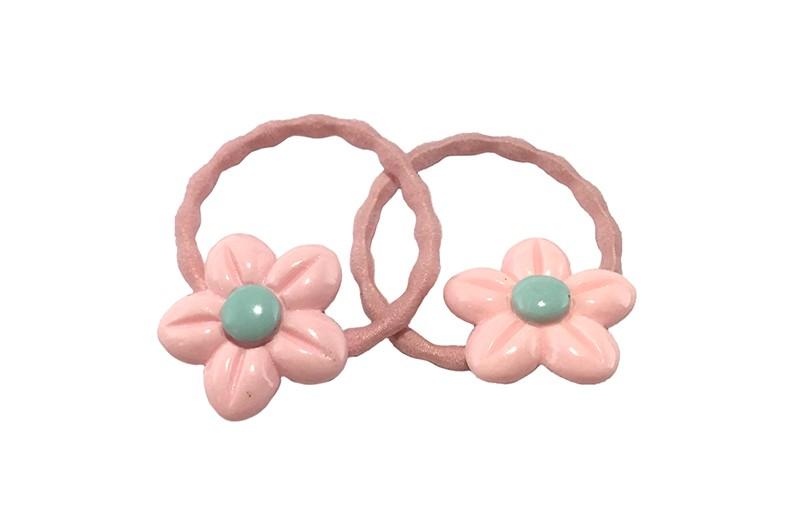 Schattig setje van 2 licht roze haarelastiekjes met op elk een vrolijke steentje in de vorm van een bloemetje.  Het elastiekje is een gebobbeld elastiekje, handig voor wat meer 'grip' in de haartjes.