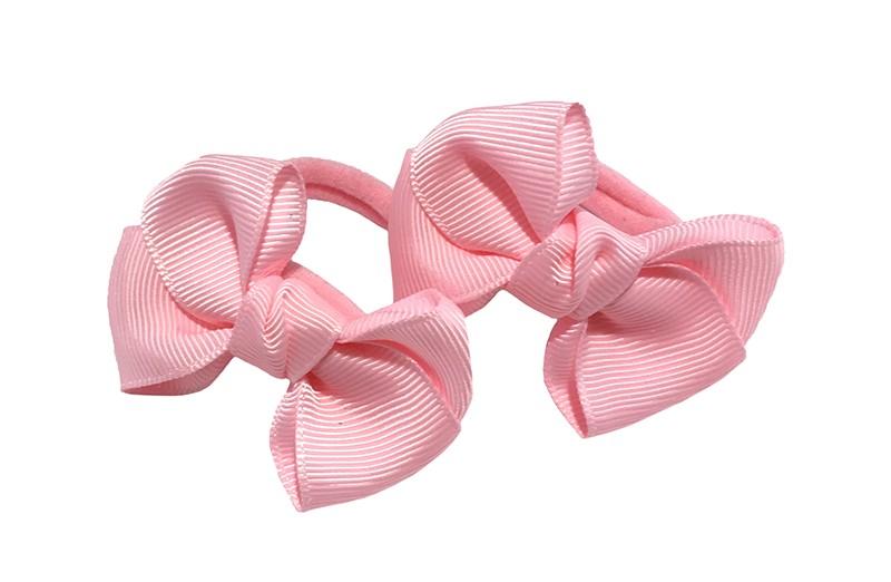 Vrolijk setje van 2 lichtroze zachte haarelastiekjes met op elk een leuk licht roze strikje van lint.