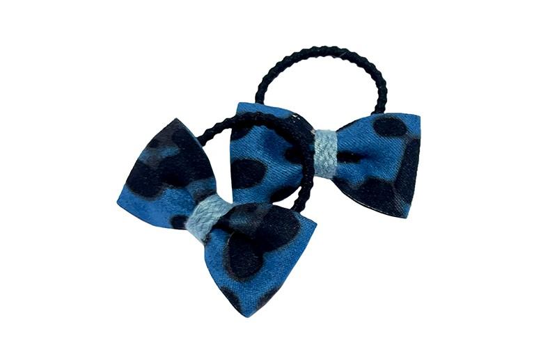 Schattig setje van 2 kleine zwarte haarleastiekjes.  Met op elk een blauw zacht stoffen strikje met bruin zwart dierendessin.