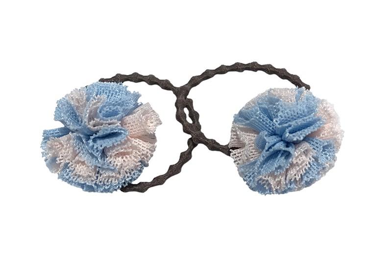 Schattig setje van 2 zwarte haarelastiekjes.  Met op elk een lichtblauw en roze stofbolletje.  Het elastiekje is een 'gebobbeld elastiekje' voor wat meer grip in de haartjes.