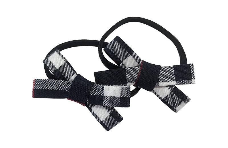 Leuk setje van 2 smalle zwarte haarelastiekjes met op elk een donkerblauw wit rood geblokt strikje.  De strikjes zijn ongeveer 3.5 centimeter.