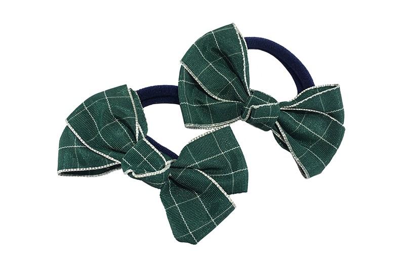 Vrolijk setje van 2 donkerblauwe zachte haarelastiekjes met op elk een leuk donker groen met zilver geblokt strikje van lint.